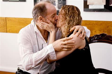 moglie di vasco foto vasco bacia la moglie su