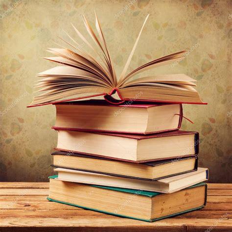 libro on photography libros antiguos vintage foto de stock 169 maglara 31033925
