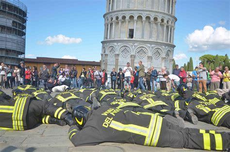 torre di pisa interno torre di pisa flash mob dei vigili fuoco quot no ai
