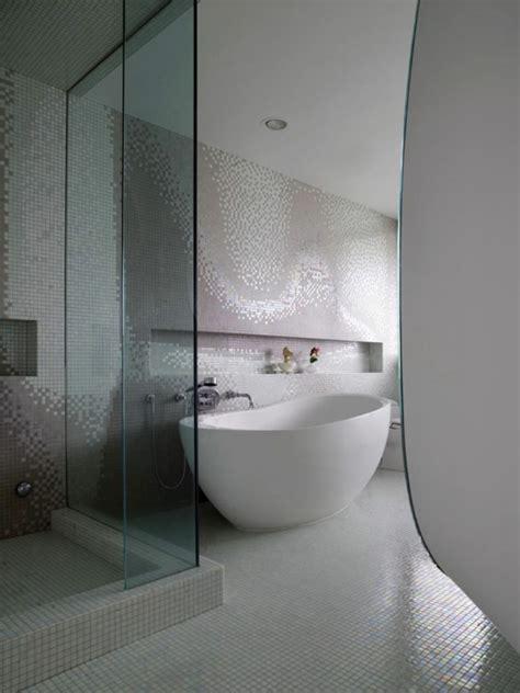 fliesen ihr badezimmer fliesen f 252 r ihr badezimmer wei 223 badewanne mosaik