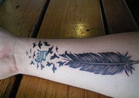 tato bulu merak di tangan cara desain 20 tattoo bulu burung untuk inspirasi