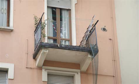 altezza ringhiera balcone cede la ringhiera balcone e precipita 39enne morto a