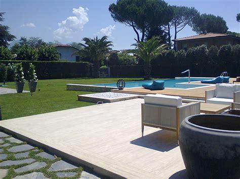 piastrelle per terrazza esterna bordo piscina travertino classico per le terrazze