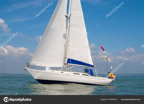 imagenes de barcos de vela barco vela barco vela yate mar con velas blancas foto de