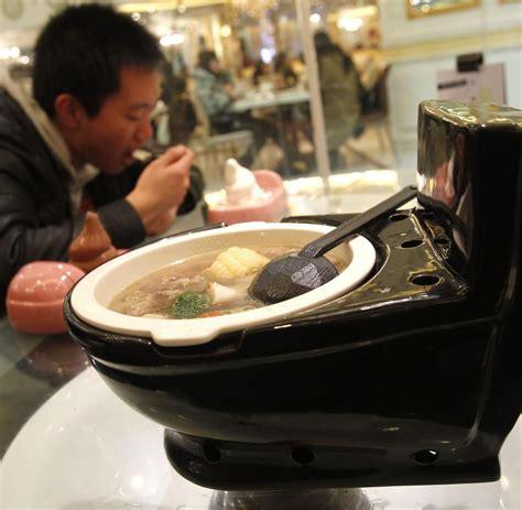 toilet restaurant toiletten restaurant chinesen schl 252 rfen suppe aus