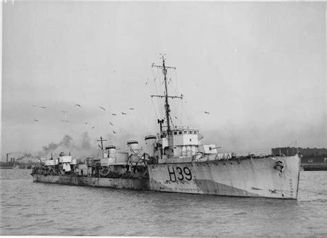 Sabrina Ayumi Black N Navy Q ww 1 destroyer in ww 2 starboard view of hms skate docked