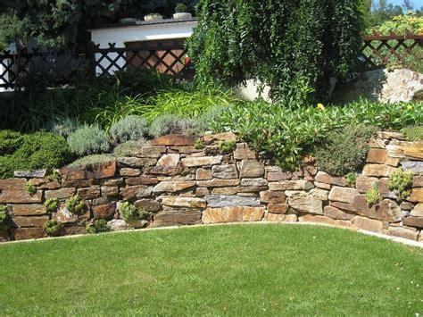 natursteinmauer garten hang kunstrasen garten