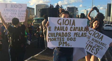 radio jornal esposas de pms e bombeiros protestam durante abertura fora giboia gritam esposas de pms em protesto no