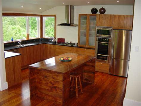 White Island Kitchen budujeurzadzam pl nowoczesna kuchnia z drewna egzotycznego