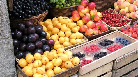 cassetta di frutta cassette di frutta e verdura sulla strada scatta la multa