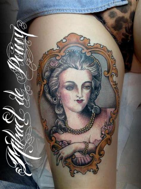 tatuaż kobieta medalik udo przez mikael de poissy