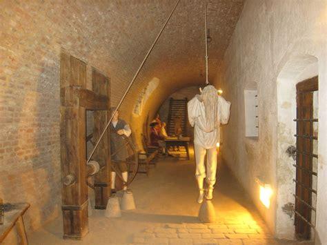 donne legate alla sedia gli strumenti di tortura in mostra le esposizioni pi 249
