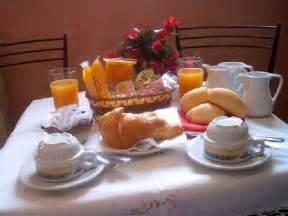 tavolo colazione strumenti per la colazione