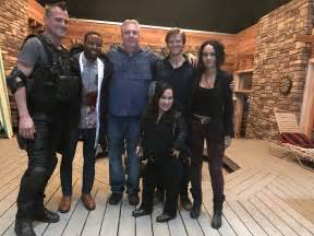 macgyver cast lee zlotoff visits cast crew on set of macgyver