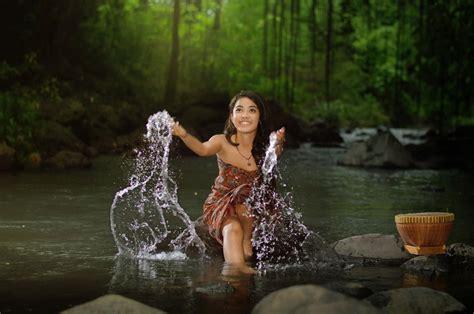 wallpaper anak mengaji フリー写真 川の中にある石に座って水しぶきをあげる女性でアハ体験 gahag 著作権フリー写真 イラスト素材集