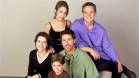 party of five house neve cbell says a party of five reboot wouldn t make any sense today com