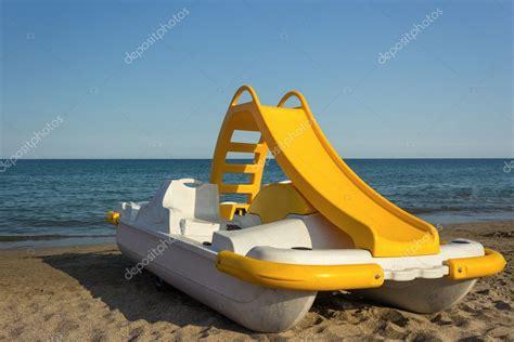 pedal boat yellow pedalo giallo foto stock 169 cre250 11539990
