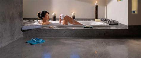 bagni in microcemento pavimento microcemento bagno continuo resina grigio