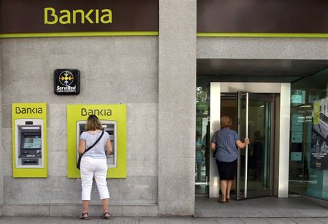 banco bankia madrid unos encapuchados atracan una sucursal de bankia en madrid
