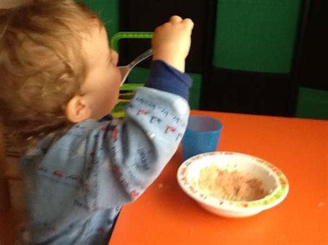 alimentazione bimbo 15 mesi bimbi a tavola gi 224 a 4 mesi lo consigliano gli esperti