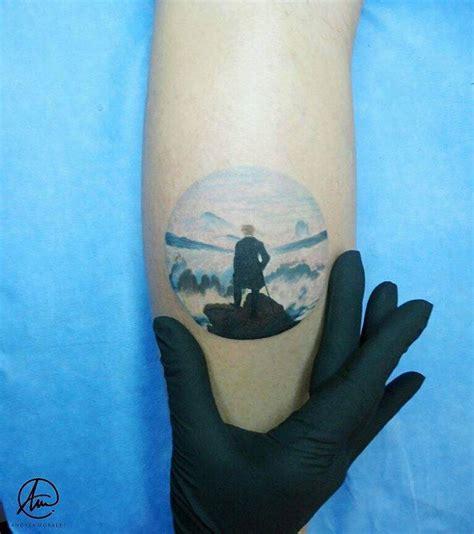 tatuaje inspirado en el caminante sobre el mar de nubes