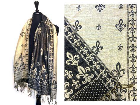 gold fleur de lis and black inscription on shoulder black gold fleur de lis pashmina oblong scarf az28438bkg