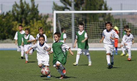 imagenes infantiles niños jugando futbol educar a los ni 241 os mediante el f 250 tbol mundo entrenamiento