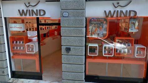 porta ingresso negozio danneggiano la porta dell ingresso negozio di