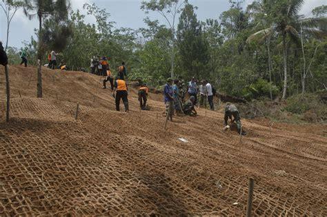Akar Wangi 100 Gr 1 perpaduan anyaman sabut kelapa dan rumput akar wangi untuk penahan erosi mongabay co id