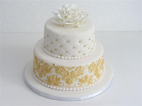 Hochzeitstorte Gold Wei by Hochzeitstorte Ganz In Wei 223 Und Gold Mit Barockmuster