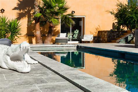 revêtement de sol extérieur 634 carrelage terrasse piscine travertin gris
