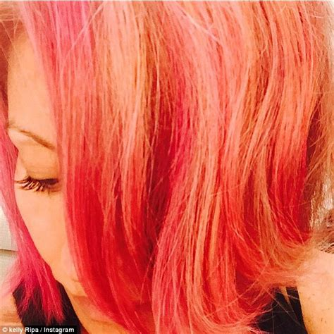 does kelly ripa use highlights or dye her hair 2015 kelly ripa teams candy coloured hair with coral skirt and