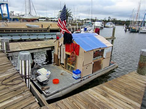 house boat pontoons 1000 images about houseboats on pinterest floating