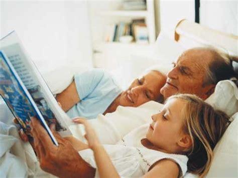 abuelos en el toylet tu hijo quiere dormir con sus abuelos crecer feliz