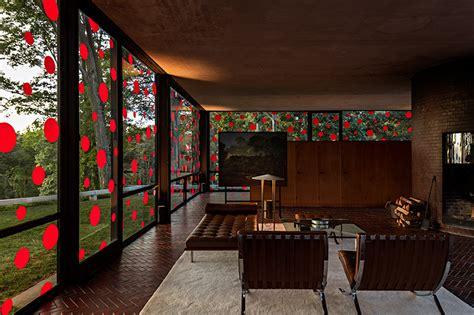 philip johnson glass house interior yayoi kusama affixes 1200 vinyl polka dots to philip