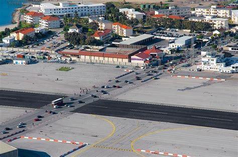 Garcia Wilson Nc Mba by Gibraltar O Aeroporto Onde Uma Avenida Cruza A Pista Dos