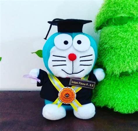 Boneka Wisuda Doraemon doraemon boneka wisuda universitas pgri kado wisudaku