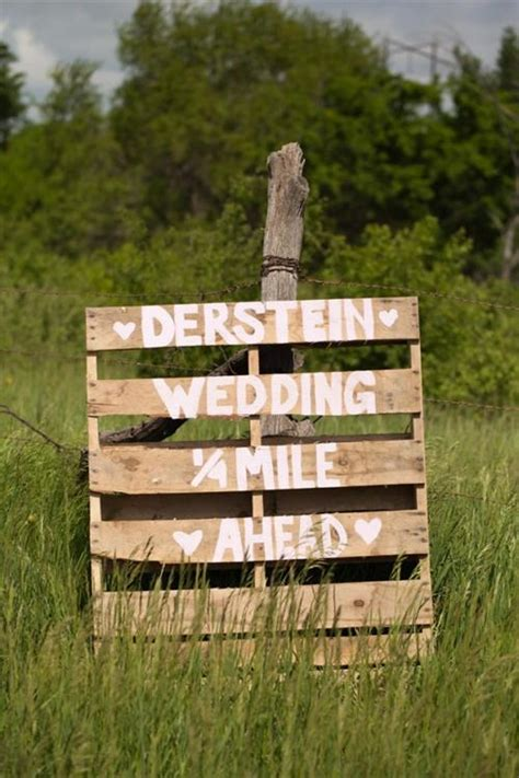 pallet signs  give  wonderful wedding pallets designs