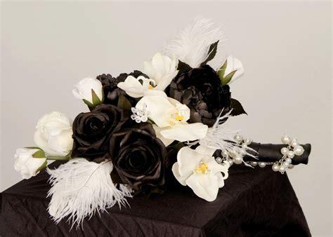 hochzeitstorte schwarz weiß yarial brautstraus lila weis interessante ideen