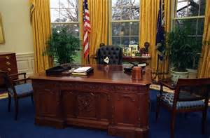 White House Oval Office Desk Photograph Of Socks The Cat Sitting The President S Desk In The Oval Office 01 07 1994