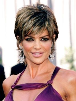 what is the texture of lisa rinna hair lisa rinna s still wearing her famous short shaggy