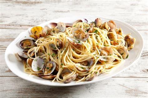 cucinare vongole veraci ricetta spaghetti alle vongole cucchiaio d argento