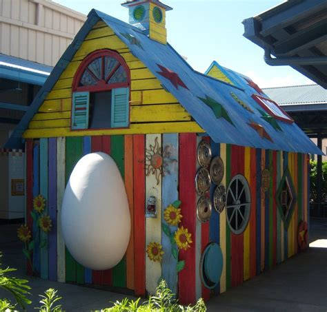 Elvia Jumbo jumbo egg door on a chicken coop arte