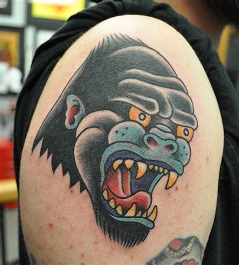 tattoo of us gorilla tatuaje en el brazo gorila de varios colores old school