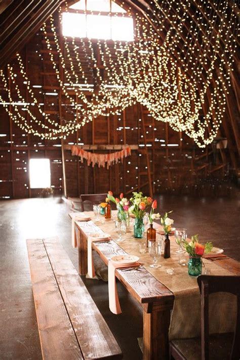 rustikale tischdeko scheune rustikale hochzeit inspiration dekoration einladungskarten