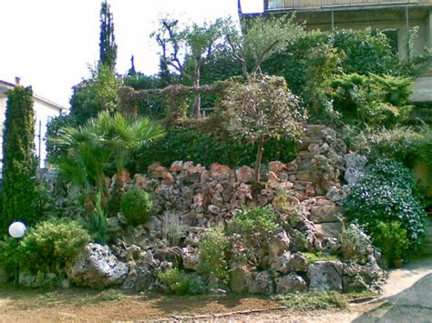 giardini rocciosi in pendenza giardini rocciosi in pendenza aiuola bordata con pietre