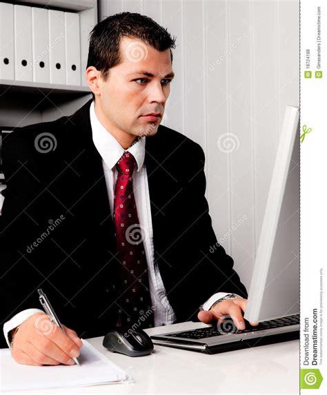 imagenes libres negocios hombre de negocios en oficina con el ordenador fotos de