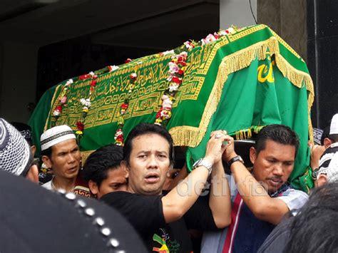detiknews mpok nori isak tangis warnai pemakaman mpok nori