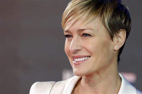 how to claire underwood hair robin wright threatened netflix in order to win equal pay