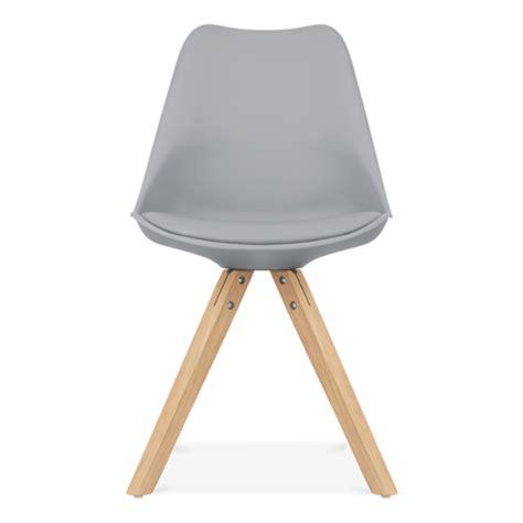 chaise eames grise chaise eames inspired grise avec pieds pyramide en bois